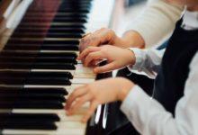 صورة فوائد عديدة تجبرك على تعليم ابنك عزف البيانو.. تعرف عليها