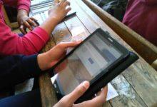 صورة طلاب الثانى الثانى الثانوى يبدأون امتحان الفيزياء والتاريخ من المنزل إلكترونيا