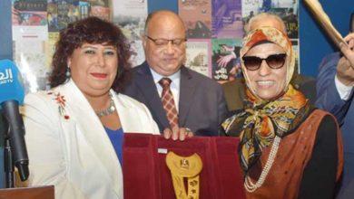 صورة ابنة نجيب محفوظ تهدى وزارة الثقافة معطف والدها