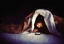 صورة مخاطر كارثية بسبب التحديق في الهاتف أثناء الظلام