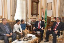 صورة رئيس جامعة القاهرة يستقبل الطفل المعجزة: ندعم المتميزين