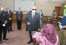 صورة رئيس جامعة القاهرة يتابع امتحانات الفرق النهائية..واستمرار الاختبارات لـ25 أغسطس..صور