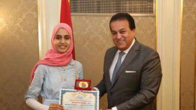 صورة وزير التعليم العالي يكرم الطالبة الأولى على الجمهورية بالثانوية للمكفوفين